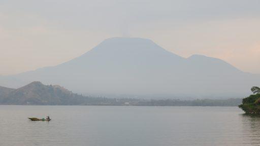 Jazero Kivu a sopka Nyiragongo